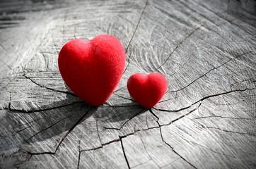 Два сердца на деревянном фоне