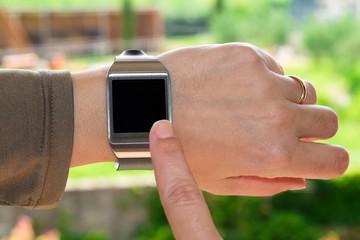 Dito indice sullo smartwatch