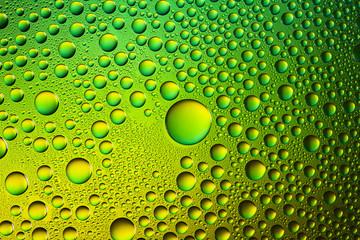Farbenfrohe wasser tropfen