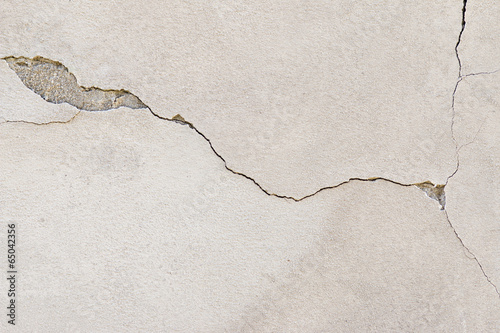 cracked stucco - 65042356