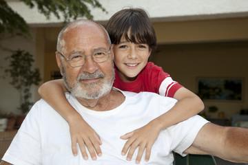 Abuelo abrazado por su nieto