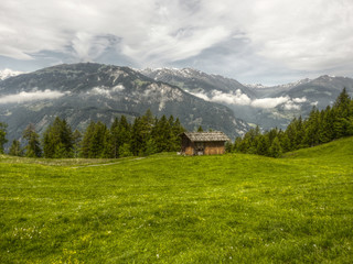 Blockhaus im Gebirge in HDR