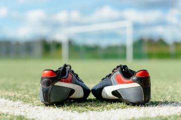 Schuhe auf Fußballfeld
