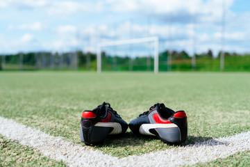 Fußballschuhe auf dem Sportplatz