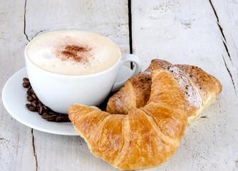 Leckeres Frühstück mit Latte Macchiato und Croissants :)