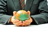 Fototapety 地球儀を持つビジネスマン
