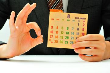 カレンダーとスーツの男性
