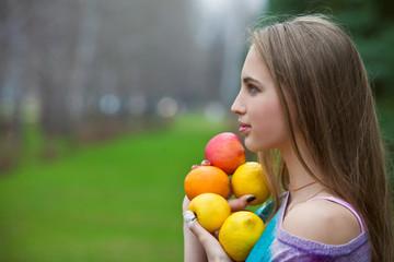 девушка с фруктами в руках