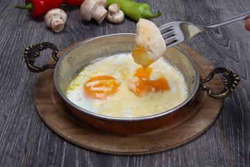 sahanda kaşarlı yumurta