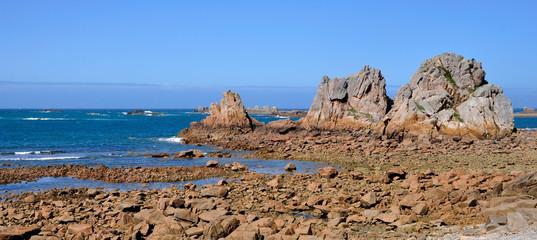 Trois gros rochers s'avancent dans la mer
