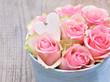 Zarte Rosen mit kleinem Holzherz