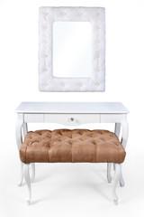 Pufa, lustro, stolik na białym tle.