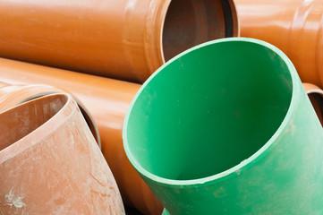 Rohre aus Kunststoff in Grün und Orange