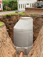 Kanalbau - Ein neuer Schacht aus Betonfertigteilen