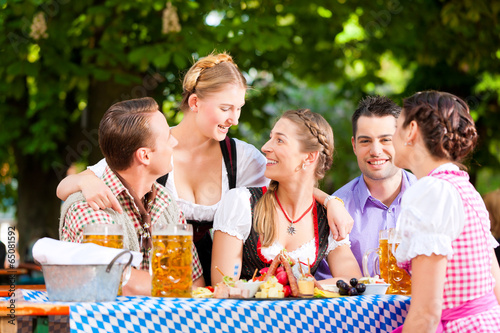 Im Biergarten - Freunde trinken Bier - 65081592