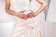 Frau probiert Brautkleid im Laden an