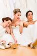 Bräute trinken zu viel Sekt im Brautmodengeschäft