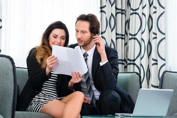Chef und Assistentin im Hotel bei der Arbeit
