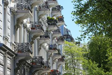 Altbauzeile mit Stadtbäumen