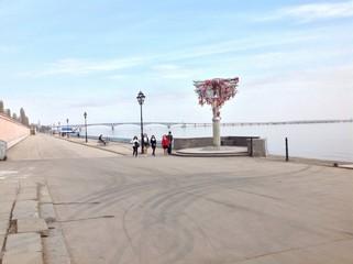 памятник влюбленным на набережной г. Саратов