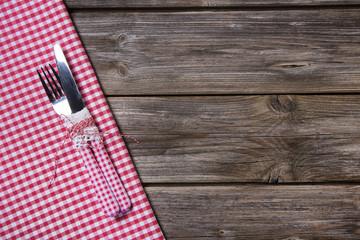 Besteck: Messer und Gabel auf Holz Hintergrund rot kariert
