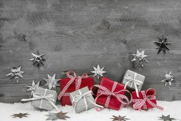 Weihnachten: Geschenke in Rot und Silber auf Holz