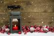 Rustikale Weihnachtskarte mit Laterne und roter Dekoration