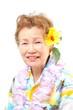 ハワイのアロハシャツを着たシニアの女性