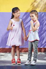 Kinder mit Lollis im Kindergarten