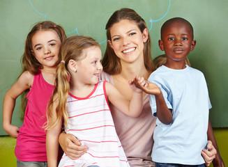Lachende Frau mit drei Kindern