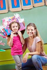 Mutter mit Tochter mit Verkleidung für Karneval