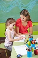 Mädchen lernt schreiben im Kindergarten