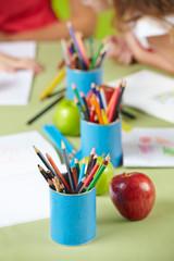 Viele Buntstifte auf Tisch im Kindergarten