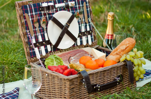 Picnic Basket and Champagne - 65096548