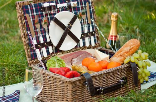 Leinwanddruck Bild Picnic Basket and Champagne