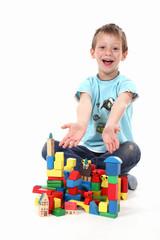 Kind zeigt seine Bauklötzer