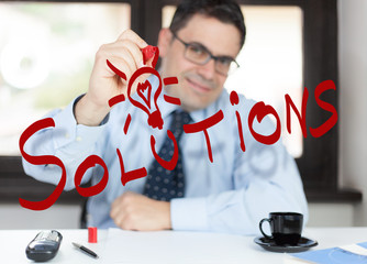 Uomo in ufficio - soluzione