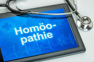 Tablet mit dem Text Homöopathie auf dem Display