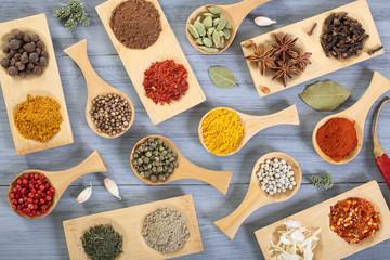 composizione di erbe e spezie su tavolo