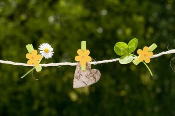 Blume, Herz und Glücksklee an Wäscheleine