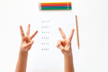 足し算をする子供の手