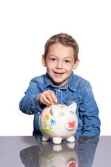 Kind wirft Münze in ein Sparschwein Piggy Bank