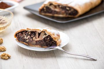 Fetta di strudel alle pere e cioccolato