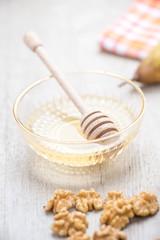 Miele d'api in coppetta con dosa miele e gherigli di noci