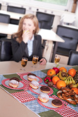 Picknick im Büro, Frau isst gesundes Essen in der Pause