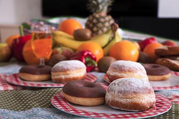 Picknick im Büro, Gebäck, Obst und Gemüse auf Tisch