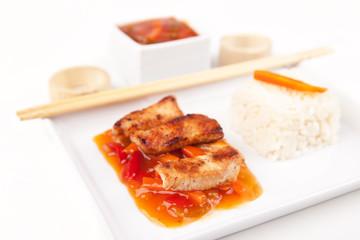 Gebratenes Fleisch süß sauer mit Reis