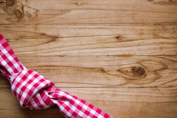 kariertes Tuch auf Holzhintergrund
