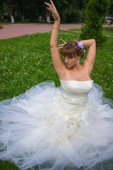 Невеста сидит на траве