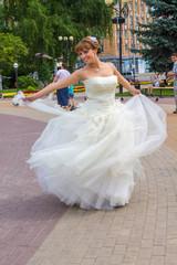 Невесты танцует в парке